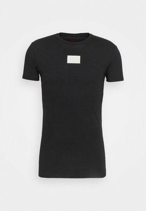 AOKI BADGE GYM TEE - T-shirt med print - black