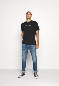 Tommy Jeans - STRAIGHT LOGO TEE - Print T-shirt - black - 1