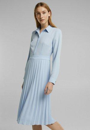 MIT PLISSEE - Shirt dress - pastel blue