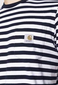 Carhartt WIP - SCOTTY POCKET - Print T-shirt - dark navy/white - 5