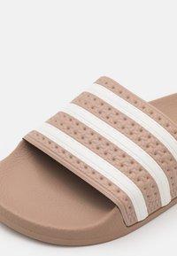 adidas Originals ADILETTE UNISEX - Pantolette flach - pale