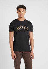 BOSS - T-shirt med print - black/gold - 0
