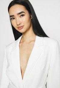 NA-KD - DETAIL BLAZER DRESS - Koktejlové šaty/ šaty na párty - white - 3