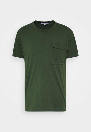 INSTIT UTILITY POCKET TEE - T-shirts basic - deep depths
