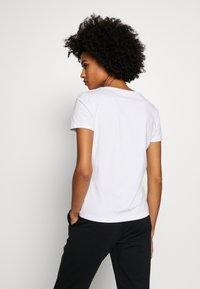 EA7 Emporio Armani - Camiseta estampada - white - 2