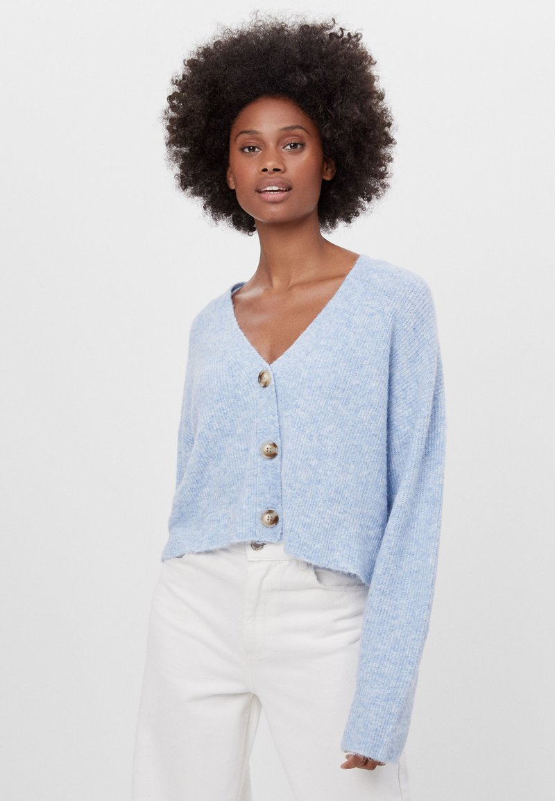 Bershka - CROPPED - MIT KNÖPFEN - Strickjacke - light blue