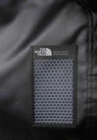 The North Face - BASE CAMP DUFFEL L UNISEX - Resväska - black - 10