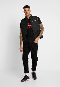 Calvin Klein Jeans - MONOGRAM LOGO SLIM TEE - Print T-shirt - black/racing red - 1