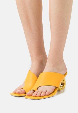 SIGRID - Sandály s odděleným palcem - sunny