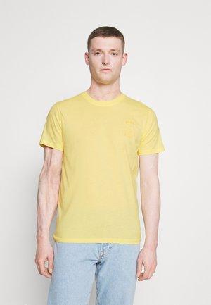 SLHCARTER O NECK TEE - Triko spotiskem - mellow yellow