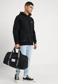 HXTN Supply - PRIME DUFFLE - Sportovní taška - black - 1