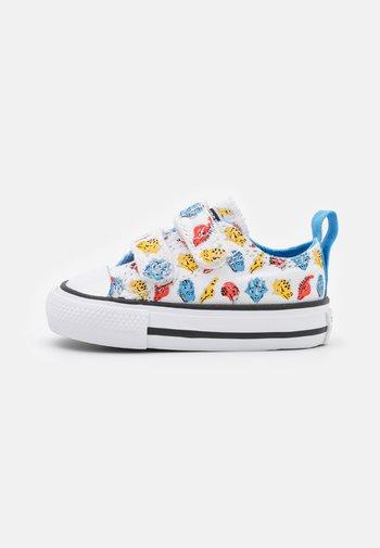 CHUCK TAYLOR ALL STAR 2V DINO DAZE UNISEX - Sneaker low - white/university blue/poppy glow