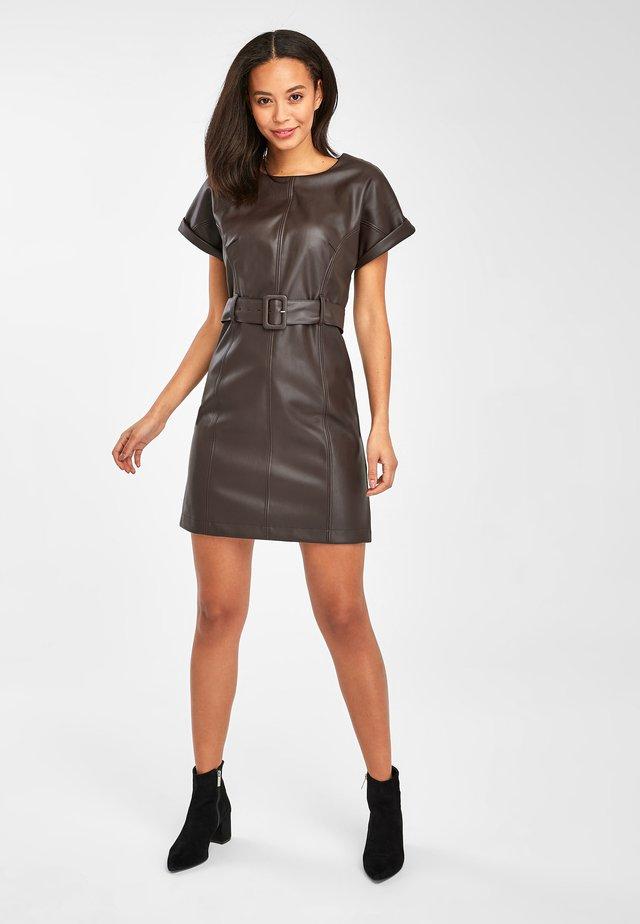 BROWN PU DRESS - Denní šaty - brown