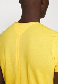 Tommy Jeans - ESSENTIAL JASPE TEE - Basic T-shirt - star fruit yellow - 5