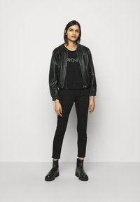 DKNY - DIAMANTE CROPPED LOGO - Sweatshirt - black - 1