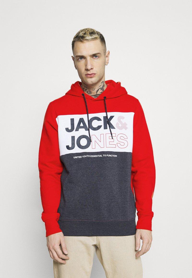 Jack & Jones - JJARID HOOD - Luvtröja - true red
