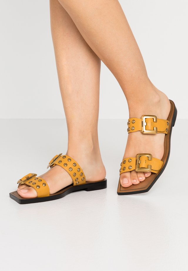 ANOMA - Pantolette flach - mustard/gold