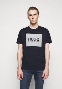 HUGO - DOLIVE - T-shirt imprimé - dark blue - 0