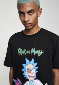 PULL&BEAR - RICK & MORTY - T-shirt con stampa - mottled dark grey - 4