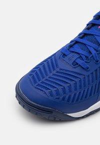 Mizuno - WAVE MEDAL Z2 - Handball shoes - reflex blue/white/diva pink - 5
