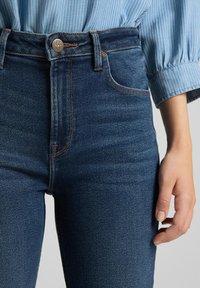 Lee - BREESE - Flared Jeans - dark de niro - 4