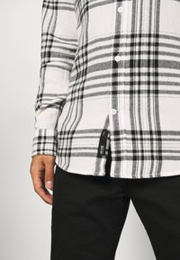 Only & Sons - ONSNATE LIFE CHECK SHIRT - Shirt - star white - 5