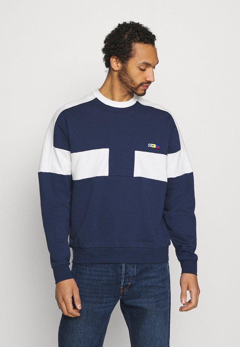 Nike Sportswear - REISSUE FAIRLEAD CREW - Sweatshirt - midnight navy/sail