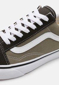 Vans - OLD SKOOL UNISEX - Sneakers - seneca rock/black olive - 5