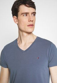 Tommy Hilfiger - STRETCH SLIM FIT VNECK TEE - T-shirt basic - blue - 3
