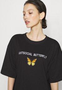 Missguided - DRESS ANTI BUTTERFLY - Žerzejové šaty - black - 4