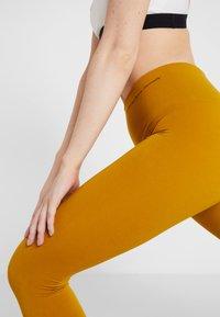 Yogasearcher - ASANA - Legging - curry - 5