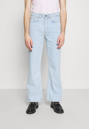 MEN X CURLYFRYSFEED LIGHT FLARED - Flared Jeans - light blue