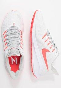 Nike Performance - AIR ZOOM VOMERO 14 - Obuwie do biegania treningowe - white/laser crimson/grey fog/track red - 1