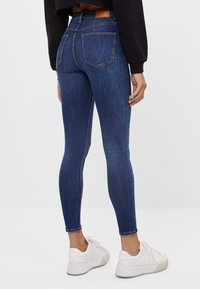 Bershka - MIT SEHR HOHEM BUND  - Jeans Skinny Fit - dark blue - 2