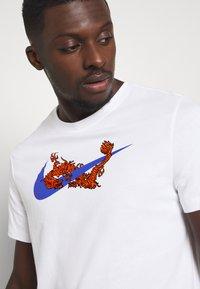 Nike Performance - TEE GLOBAL EXPLORATION - Print T-shirt - white - 5