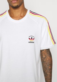adidas Originals - STRIPES SPORTS INSPIRED SHORT SLEEVE TEE UNISEX - T-shirt imprimé - white - 5