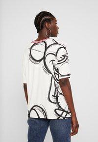 Desigual - LOVE MICKEY - T-shirts med print - blanco - 2