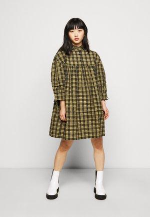 VMJOSEFINE CHECKED DRESS - Košilové šaty - ivy green/black