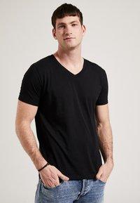 Phyne - THE V-NECK - T-shirt basique - black - 0