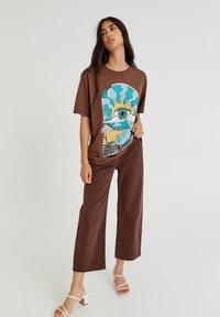 PULL&BEAR - Print T-shirt - mottled light brown - 1