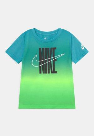 GRADIENT - T-shirt z nadrukiem - green strike