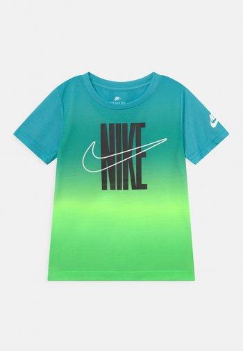 GRADIENT - Print T-shirt - green strike