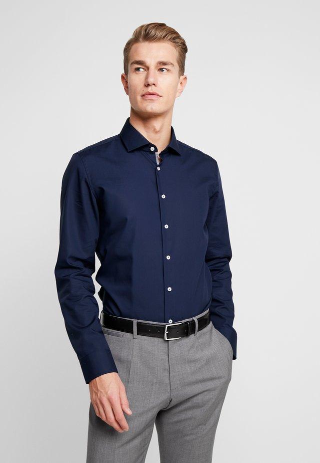 SLIM FIT SPREAD KENT PATCH - Formal shirt - dark blue