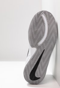 Nike Performance - TEAM HUSTLE D 9 UNISEX - Basketbalové boty - black/metallic silver/wolf grey/white - 5