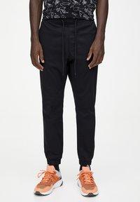 PULL&BEAR - Spodnie treningowe - mottled black - 0