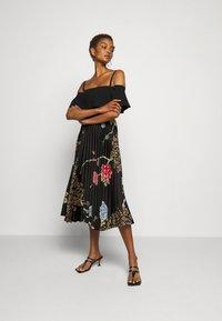 Victoria Victoria Beckham - PLEATED COLD SHOULDER RECYCLED DRESS - Denní šaty - jumbo black - 1