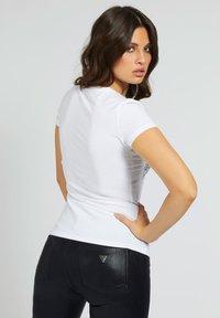 Guess - Print T-shirt - weiß - 2