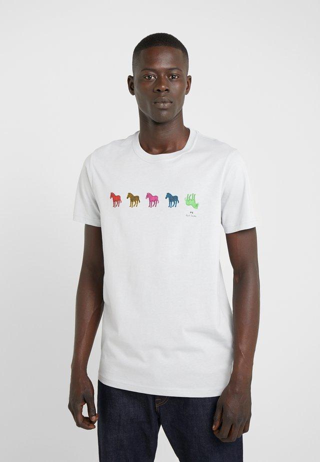 MENS SLIM FIT ZEBRA REPEAT - T-Shirt print - light blue