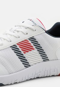 Tommy Hilfiger - LIGHTWEIGHT RUNNER FLAG MIX - Sneakersy niskie - white - 5