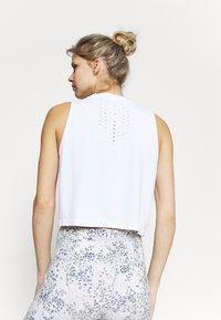 Cotton On Body - LIFESTYLE SEAMLESS YOGA CROPPED TANK - Top - white - 2